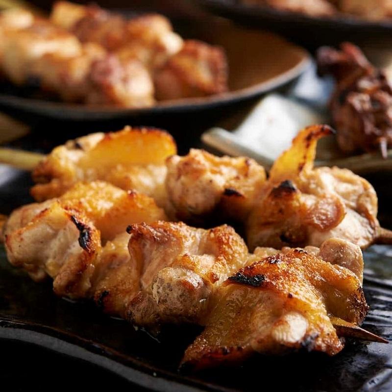 焼き鳥をはじめ人気の鶏料理が食べ放題で楽しめる関内の居酒屋「とりいちず」